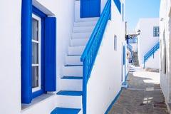 在白色和蓝色猪圈的典型的传统美丽的希腊街道 图库摄影