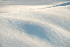在白色和蓝色的雪背景 免版税图库摄影