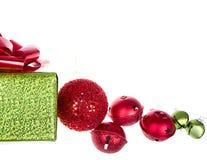 在白色和装饰品隔绝的圣诞节礼物 免版税库存图片