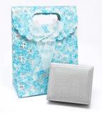 在白色和配件箱查出的礼品袋子 免版税库存照片