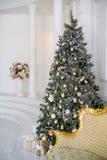 在白色和金黄颜色装饰的时髦的圣诞节内部 库存照片