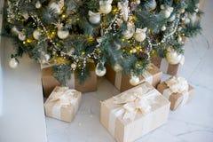 在白色和金黄颜色装饰的时髦的圣诞节内部 免版税库存照片