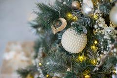 在白色和金黄颜色装饰的时髦的圣诞节内部 库存图片