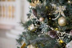 在白色和金黄颜色装饰的时髦的圣诞节内部 免版税库存图片