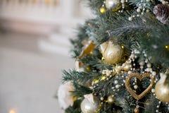 在白色和金黄颜色装饰的时髦的圣诞节内部 免版税图库摄影