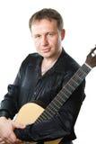 在白色和音响六串吉他隔绝的吉他弹奏者 库存图片