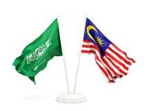 在白色和马来西亚的隔绝的两面挥动的旗子沙特阿拉伯 向量例证