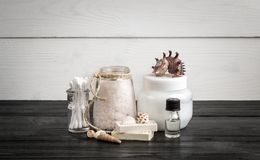 在白色和黑木背景的温泉秀丽化妆产品 Copyspace 库存图片