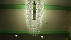 在白色和绿色天花板的底视图豪华枝形吊灯 股票录像