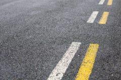 在白色和黄色的平行的路线 库存照片