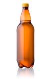 在白色啤酒隔绝的布朗塑料瓶 免版税图库摄影