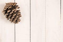 在白色土气书桌上的杉木锥体 背景能圣诞节使用的例证主题 flatlay 文本的空间 库存照片