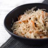 在白色土气木背景的德国泡菜 典型的被发酵的食物在某些国家例如俄罗斯、波兰或者德语 库存照片
