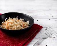在白色土气木背景的德国泡菜 典型的被发酵的食物在某些国家例如俄罗斯、波兰或者德语 免版税库存照片