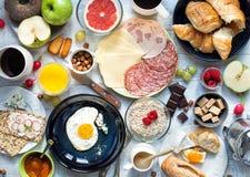 在白色土气桌上的大早餐 库存图片