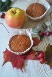 在白色土气背景的秋天松饼 免版税库存照片