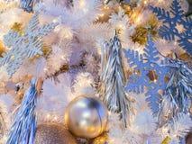 在白色圣诞节树装饰的金黄颜色 12月 免版税库存照片