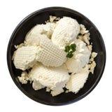 在白色在黑碗顶视图的乳清干酪乳酪隔绝的 免版税库存照片