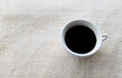 在白色地毯的咖啡杯 免版税库存图片