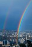 在白色城市的彩虹 免版税库存图片