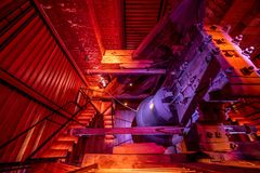 在白色塔的响铃在赫拉德茨Kralove 红颜色光 库存图片