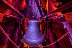 在白色塔的响铃在赫拉德茨Kralove 红颜色光 库存照片