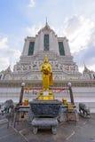 在白色塔的金黄雕象在黎明寺Ratchawararam Ratchawa 免版税图库摄影