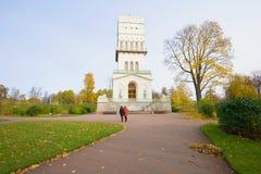在白色塔的10月天 Tsarskoye Selo Alexandrovsky公园  免版税库存照片