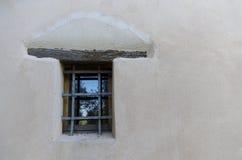在白色墙壁上的一个装饰窗口细节 图库摄影