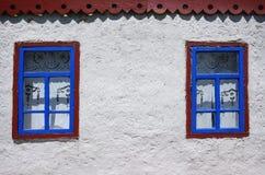 在白色墙壁上的两个窗口 免版税库存图片