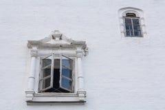 在白色墙壁上的两个窗口 免版税库存照片