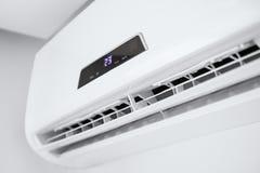 在白色墙壁上的分裂空调器 库存图片