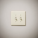 在白色墙壁上的双重Lightswitch 免版税图库摄影