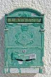在白色墙壁上的古板的邮箱 库存图片