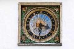 在白色墙壁上的古老室外时钟在塔林 库存图片
