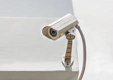在白色墙壁上的安全监控相机 库存照片