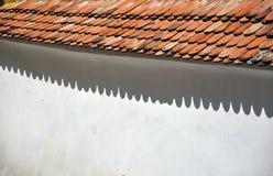 在白色墙壁上的屋顶阴影 免版税库存照片