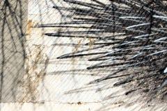 在白色墙壁上的抽象黑街道画 免版税库存图片