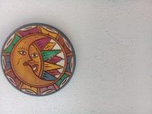 在白色墙壁上的月亮和太阳装饰 免版税图库摄影