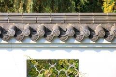 在白色墙壁上的瓦在中国式 免版税图库摄影