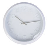 在白色墙壁上的白色经典时钟 免版税库存图片