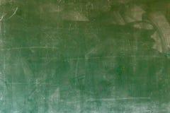 在白色墙壁上的空的绿色黑板纹理吊 从greenboard和白色背景的双幅字盘架 库存照片