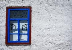 在白色墙壁上的窗口 免版税库存照片