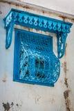 在白色墙壁上的美丽的装饰蓝色窗口很典型为 免版税库存图片