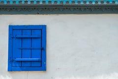 在白色墙壁上的老木窗口 免版税库存图片