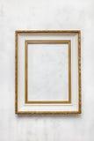 在白色墙壁上的老框架 免版税库存照片