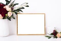 在白色墙壁上的金黄框架大模型 库存照片