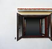 在白色墙壁上的黑暗的窗口 免版税库存图片