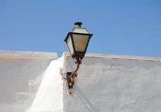 在白色墙壁上的玻璃灯笼有蓝天的 图库摄影