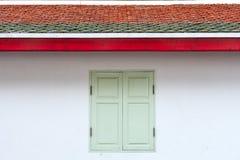在白色墙壁上的绿色葡萄酒窗口 免版税库存图片